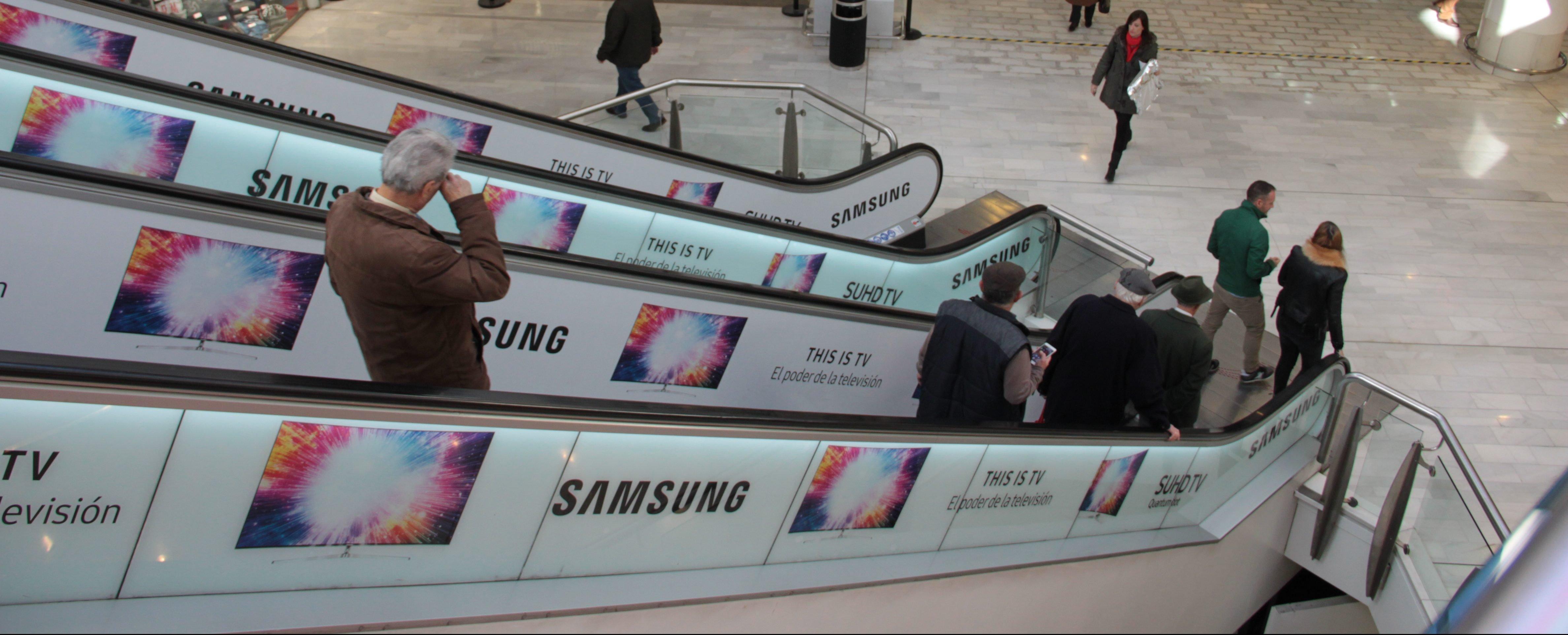 Publicidad de Samsung en escaleras de centro comercial