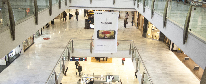 Publicidad de Samsung en banderolas de centro comercial