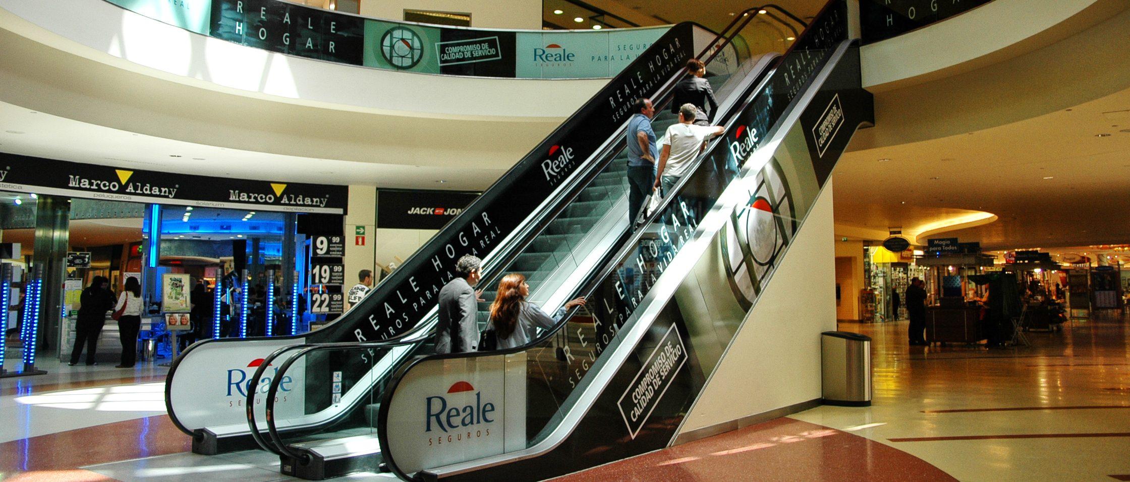 Publicidad de Reale en escaleras de centro comercial
