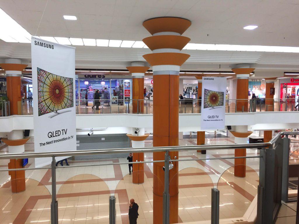 Banderolas en centro comercial