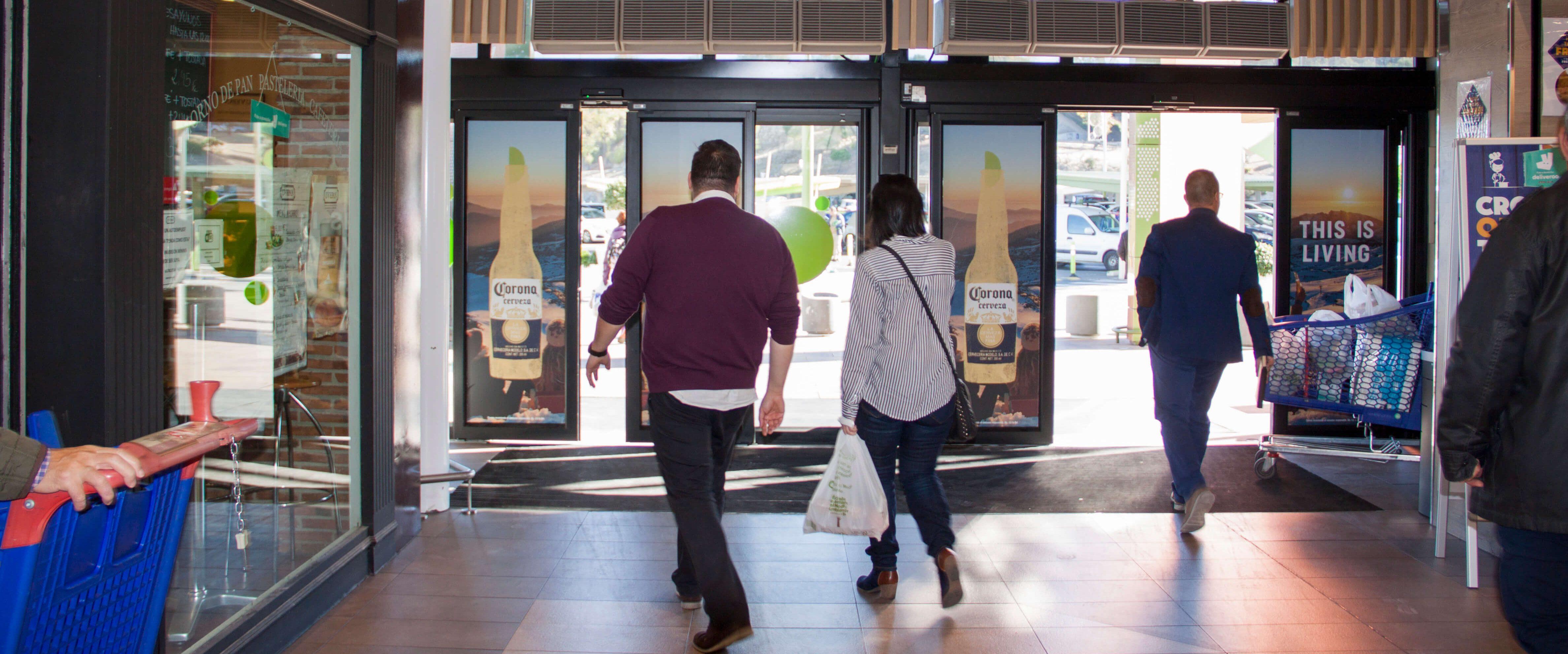Publicidad de Corona en centros comerciales
