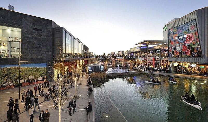 Vista del exterior del centro comercial Puerto Venecia en Zaragoza.